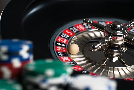 Casino thema. Hoog contrastbeeld van casinoroulette, pookspel, dobbelspel, pookspaanders op een speeltafel