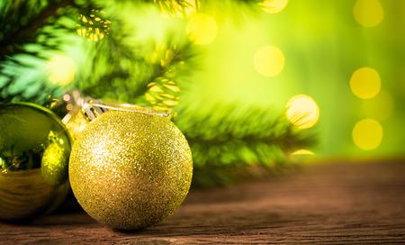 Árvore de Natal com decoração em placa de madeira