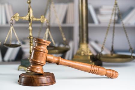 Juez mazo y libro legal en la mesa de madera de cerca
