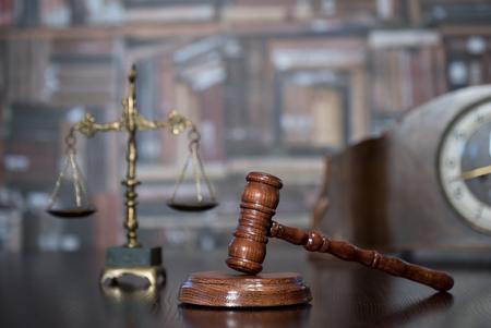 Law theme, Gavel of the judge, justice scale, books, Foto de archivo