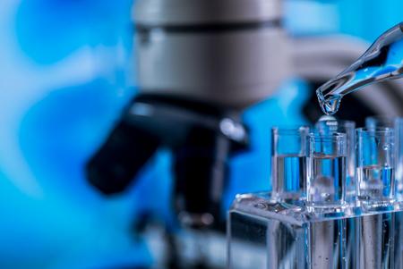Microscope with lab glassware, science laboratory research concept Foto de archivo