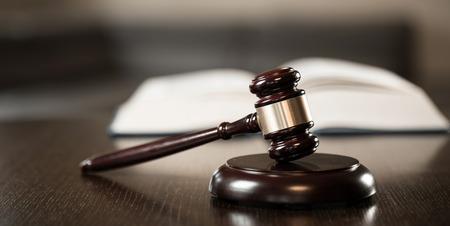 Symbole du droit et de la justice dans la salle d'audience vide