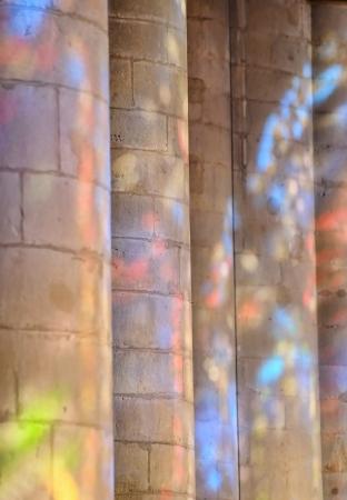 vetrate colorate: Riflessioni colorate su colonna chiesa di vetrate
