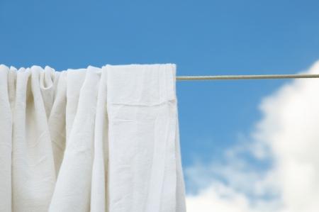 bedsheets: Secchi lenzuola lavate su corda in luminoso giorno chiaro Archivio Fotografico