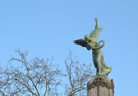 angel de la independencia: Verviers, B�lgica, 11 de diciembre: �ngel en la parte superior de la columna de la Independencia Memorial el 11 de diciembre de 2010 en Verviers, B�lgica.