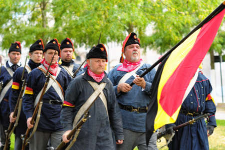 belgien: BRUSSELS, BELGIUM-SEPTEMBER 22  Performers in uniforms of 1830 participate in a parade to commemorate the battle for Independence of Belgium in 19 century on September 22, 2012 in Brussels Editorial