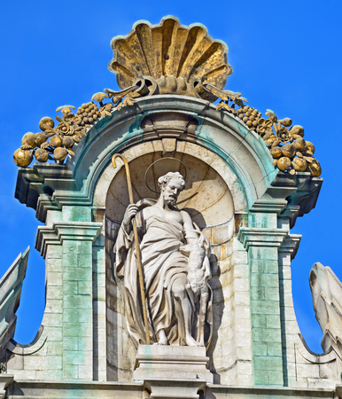 belgien: Top of the historical facade of one of the guildhalls on Grand Place in Brussels La Brouette Stock Photo
