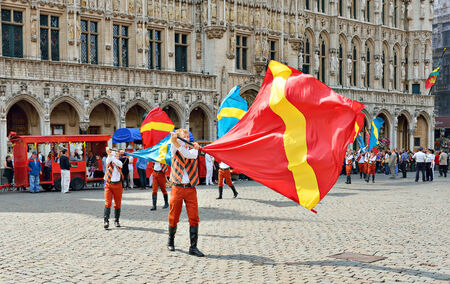 bruxelles: BRUSSELS, BELGIUM-AUGUST 09, 2014: Ceremony of Plantation of Meyboom starts on Grand Place. The first ceremony had place in the same day in 1308.