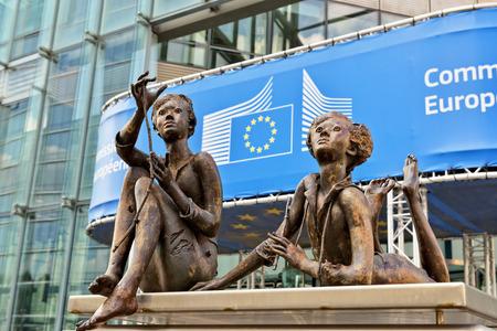 BRUSSEL, BELGIÃ‹-16 september 2014: Modern bureau van de instelling van de Europese Commissie versierd met een beeldengroep Redactioneel