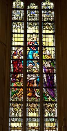 vise: VISE, B�LGICA-07 de julio 2014: Fragmento de una ventana de cristal muy alto y complejo manchado en Collegiale Saint-Martin y Saint-Hadelin o iglesia de Saint-Martin de Vise