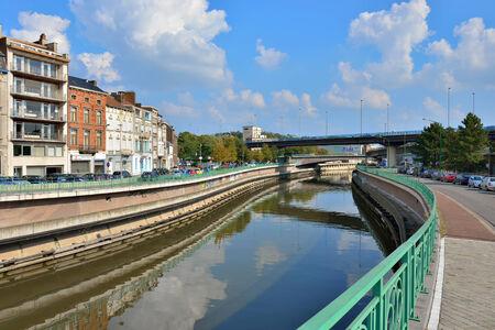 Charleroi, Belgique-3 octobre 2014: La Sambre traverser la ville en affaires et industriels districts avec un trafic intense dans les rues