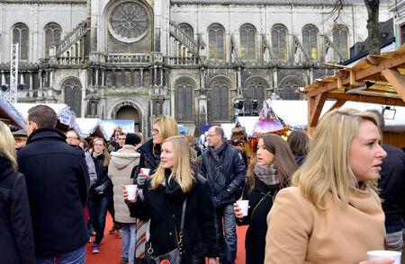 vin chaud: BRUXELLES, BELGIQUE-6 d�cembre 2014: Les gens ach�tent du vin chaud belge traditionnelle et de la nourriture � partir des cabines d�cor�es sur ouvert pendant les f�tes de No�l Plaisirs d'Hiver march� � Bruxelles