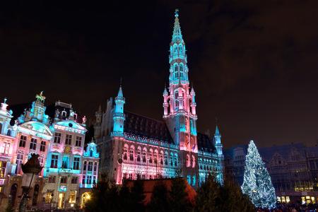 BRUSSEL, BELGIÃ‹-14 december 2014: De verlichting van Kerstmis van de Grote Markt in Brussel in het kader van Winterpret vieringsgebeurtenissen
