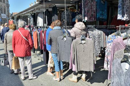 LEUVEN, 12 BELGIÃ‹-SEPTEMBER, 2014: De plaatselijke bevolking en de toeristen bezoeken traditionele openluchtmarkt in historisch centrum van de stad Redactioneel