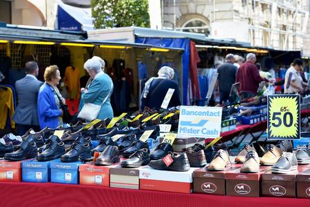 LEUVEN, BELGIË-12 september 2014: Dankzij de moderne technologieën van de kopers op straat markt kunnen betalen met hun credit cards en niet alleen met contant geld