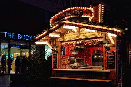 vin chaud: LEIPZIG, ALLEMAGNE-20 d�cembre 2014: traditionnel pavillon d�cor� allemande sur le march� de No�l. Gluhwein ou vin chaud est principalement vendus sur les march�s de No�l boisson