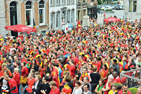 HALLE, BELGIUM-JUNY 17, 2014: Supporters watch football match on big screen on central square Grote Markt Редакционное