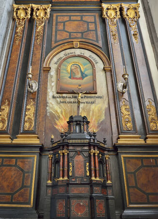 wallonie: MONS, BELGIUM-OCTOBER 10, 2014: Our Lady of Grace chapel in interior of Saint Elisabeth church. The history of the church on this place started in 1516