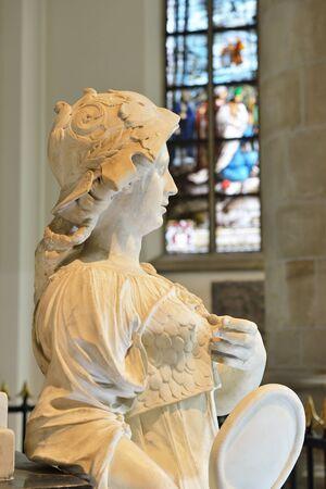 HAGUE, NETHERLANDS-AUGUST 01, 2014: Marble statues in Grote Kerk Den Haag or Grote of Sint-Jacobskerk built during15-16 centuries. Редакционное