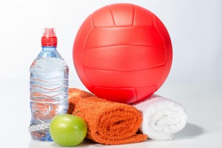 pelota de voley: Con equipos de agua, manzana, toallas, voleibol Foto de archivo