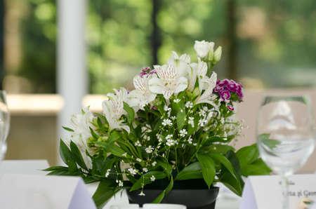 lirio blanco: Arreglo floral de la boda con crisantemos y lirios