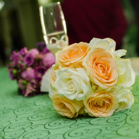 wedding guest: Floral arrangement and champagne glass   for table   Stock Photo