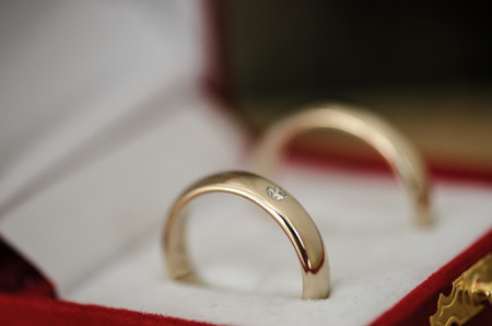 Weeding rings presented in a red-white box photo