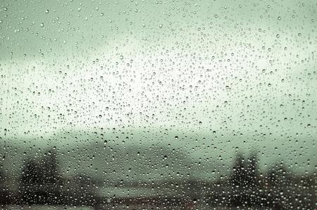 Gocce di pioggia su una finestra Archivio Fotografico - 33273801