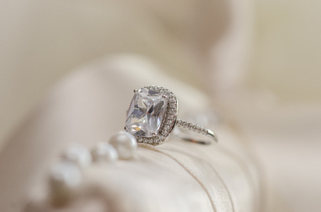 anniversario matrimonio: Anello di nozze di diamante contro la luce sfondo sfocato