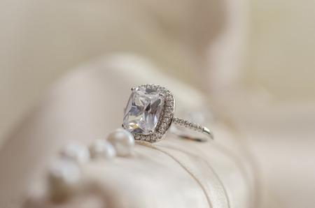 Diamanten trouwring tegen lichte achtergrond wazig Stockfoto