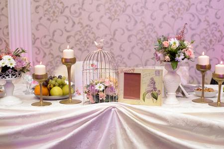 Arrangement für Tisch mit Früchten, Blumen und Kerzen für Taufparty