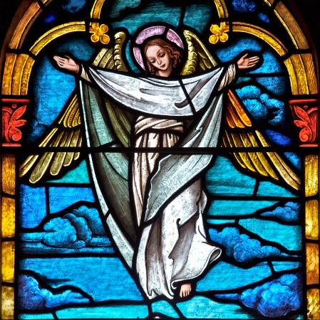 window church: Stained finestra della chiesa di vetro raffigurante un angelo Editoriali