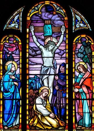 Glas in lood kerkraam afbeelding van de kruisiging van Christus