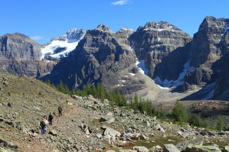 banff: A group of hikers near Moraine Lake in Banff National Park, Rocky Mountains of Canada  Stock Photo