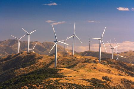 landschap met heuvels en windturbines, locatie - Wellington, North Island, Nieuw-Zeeland Stockfoto