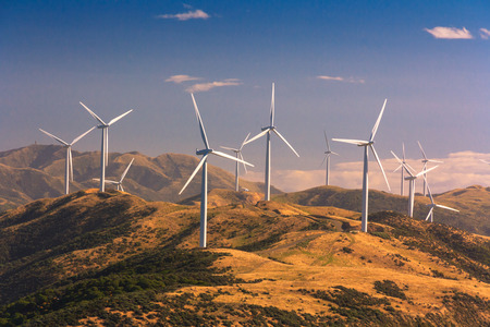viento: paisaje con colinas y turbinas de viento, la ubicaci�n - Wellington, Isla Norte, Nueva Zelanda Foto de archivo