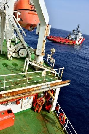 torre de perforacion petrolera: Grupo de los trabajadores est�n esperando en plataforma petrolera para el barco de suministro Foto de archivo