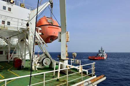 evacuacion: Barco de evacuación es colgar en la plataforma petrolera.