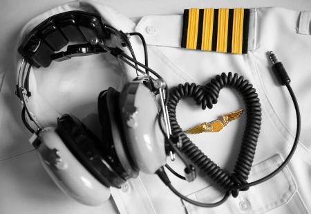 piloto: Uniforme del piloto y los auriculares para i encanta volar concepto Foto de archivo