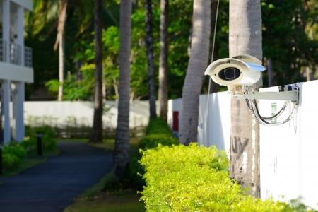 Berwachungskamera auf dem Zaun neben dem Gehweg Standard-Bild - 15219914