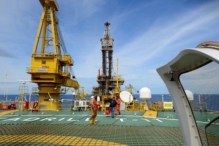 torre de perforacion petrolera: GOLFO DE Thailnd, Thailnd - 25 de agosto: El pasajero no identificado seguir tripulación de la plataforma petrolera de embarcarse helicóptero para volver a tierra firme en Nakhonsithammarat, Tailandia en agosto 25,2012 en plataforma TD aceite 11 en el Golfo de Tailandia, Tailandia. Editorial