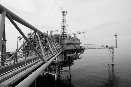 torre de perforacion petrolera: El equipo de perforaci�n costa afuera de petr�leo en blanco y negro en el golfo de Tailandia. Foto de archivo