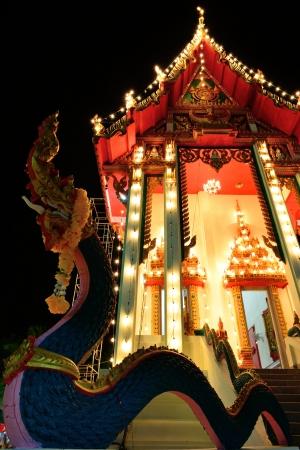 L'extérieur thai église est ornée de lumière dans la nuit