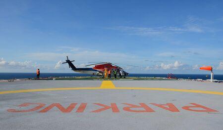 torre de perforacion petrolera: El helic�ptero de reabastecimiento en plataforma petrolera