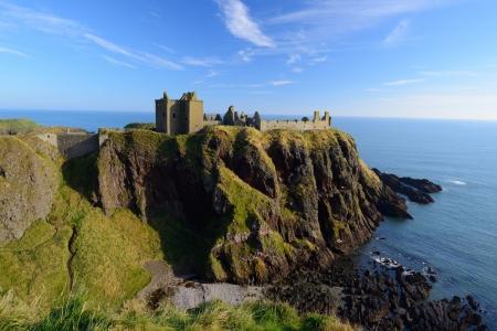 castillos: Castillo Dunnottar con el cielo azul de fondo en Aberdeen, Escocia.