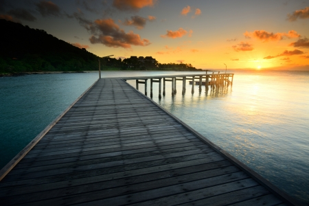 landscape: 美麗的木bridgewith日出在國家公園考LEAM雅 - 穆沙美島泰國羅勇 版權商用圖片