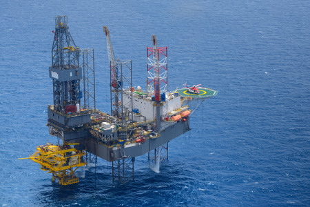 Top view of helicopter pick up passenger on the offshore oil rig Standard-Bild