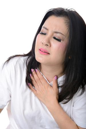 dolor de pecho: Cerca de la mujer que tiene dolor en el pecho, aislado en blanco