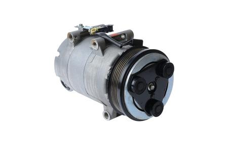 compresor: compresor del aire acondicionado del coche en un fondo blanco, piezas de automóviles Foto de archivo