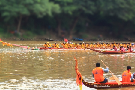 watersport: SARABURI,THAILAND - SEPTEMBER 23 :Unidentified crew in traditional Thai long boats compete during Queen Cup Traditional Long Boat Race Championship on September 23, 2012 in Saraburi,Thailand. Editorial